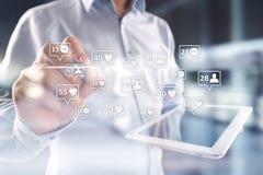 SMM, gostos, seguidores e ícones da mensagem na tela virtual Mercado social dos media Negócio e conceito do Internet imagens de stock royalty free