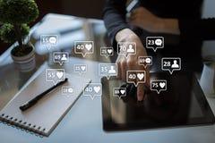 SMM, gustos, seguidores e iconos del mensaje en la pantalla virtual Comercialización social de los media Concepto del negocio y d fotografía de archivo