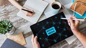 SMM, márketing social de los medios, concepto de la comunicación en la pantalla del dispositivo foto de archivo