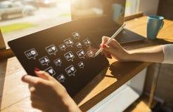 SMM socialt massmedia som marknadsför begrepp Något liknande, kommentarer och nya anhängaresymboler på apparatskärmen fotografering för bildbyråer