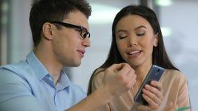 SMM-Spezialisten, die Inhalt auf Kundenstandort, sich entwickelnde Marketingstrategie analysieren stock video footage