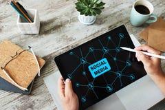 SMM, vendita sociale di media, concetto di comunicazione sullo schermo del dispositivo fotografie stock libere da diritti