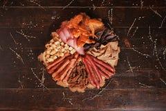 Smocked mięso, kiełbasy, krakers Zdjęcia Royalty Free