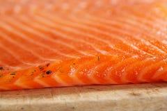 Smocked temperou caseiro salmon na placa de madeira Fotografia de Stock Royalty Free