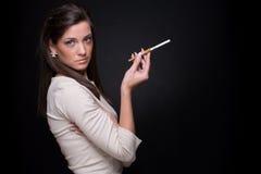 smocking妇女年轻人的接近的方式纵向 库存图片