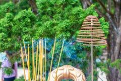 Smockingsstokken met damp op altaar in pagode stock afbeeldingen