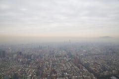 Smog över Taipei som sett från torn 101 Arkivbilder