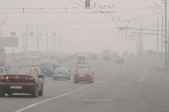 Smog über der Brücke in Moskau Stockfoto