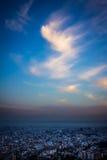Smog über der Stadtlandschaft bei Sonnenuntergang stockbilder