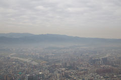 Smog über Taipeh, wie von Turm 101 gesehen Stockbilder