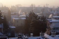 Smog in der Winterzeit in Warschau, Polen stockfotografie