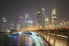 Smog i Singapore på nattetid med staden tänder Arkivbilder