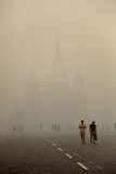 Smog a Mosca, Russia. Chiesa del basilico. Fotografia Stock