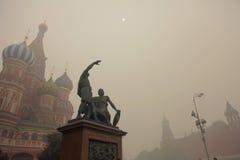 Smog in Moskou, Rusland. Het Kremlin. Royalty-vrije Stock Foto's