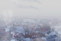 Smog sopra la città del 'aw, Polonia di WrocÅ Vista di inverno dell'orizzonte della città fotografie stock libere da diritti