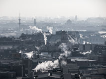 Smog - StadtLuftverschmutzung Unklare Atmosphäre verunreinigt durch den Rauch, der von den Kaminen steigt stockfoto