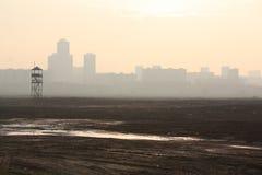 Smog und die Stadt stockfotos