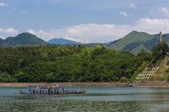 Smok łodzi festiwalu purpur drużyna krzyżuje rzekę Zdjęcia Royalty Free