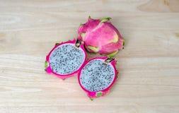 Smok owoc na Drewnianym stole Zdjęcia Royalty Free