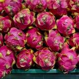 Smok owoc na rynku stojaku Zdjęcia Stock