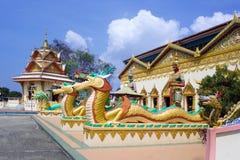 Smok rzeźba blisko Buddyjskiej świątyni Obraz Royalty Free