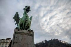 Smok statua na Najwięcej Zmaja smoka mosta w Ljubljana, stolica Slovenia, z Ljubljana kasztelem w tle zdjęcie stock