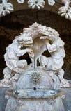 Smok statuy przy portalem opiekuny w Quinta da Regaleira nieruchomości Sintra Portugalia obraz royalty free
