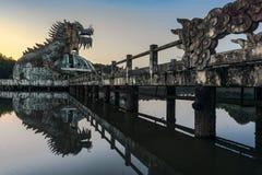 Smok w jeziorze zaniechany park w odcieniu obraz stock