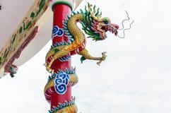 Smoka cewienie wokoło słupa w chińskiej świątyni w Tajlandia Fotografia Royalty Free