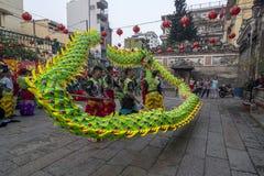 SMOKA i lwa taniec pokazują w chińskim nowego roku festiwalu SAIGON, WIETNAM, FEB - 15, 2018 - Zdjęcia Stock