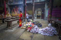 SMOKA i lwa taniec pokazują w chińskim nowego roku festiwalu SAIGON, WIETNAM, FEB - 15, 2018 - Fotografia Stock