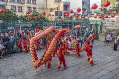 SMOKA i lwa taniec pokazują w chińskim nowego roku festiwalu SAIGON, WIETNAM, FEB - 15, 2018 - Zdjęcie Stock