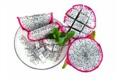 Smoka owocowy plasterek na naczyniu odizolowywał białego tło Obrazy Stock