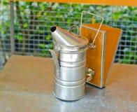 Smoke bearbetar med maskin för beekeeping. Arkivfoto