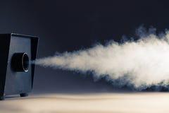 Smoke bearbetar med maskin i handling Arkivfoton