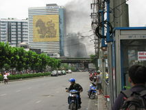 Smoke from burning tires. On Rama 4 Road, Bangkok as red shirt protesters fight Thai military forces on 19th May 2010 Stock Photo