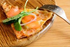 Smoked salmon pizza Royalty Free Stock Photos