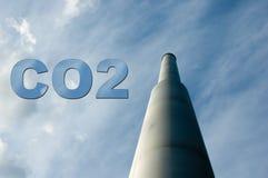 Smokestack mit CO2 Lizenzfreie Stockfotos