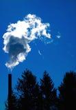Smokestack zanieczyszczenie zanieczyszcza natur drzew środowisko fotografia royalty free