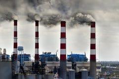Smokestacks, die Rauch durchbrennen Stockbild