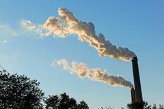 Smokestacks emituje dym Zdjęcia Royalty Free