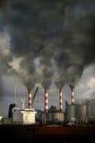 Smokestacks que fundem a poluição Imagens de Stock