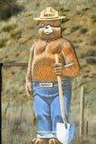Smokey que o urso adverte dos incêndios florestais em Ventura County perto do vale de Lockwood, Califórnia na estrada 33 imagens de stock