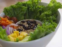 Smokey Sauce Tuna Salad Bowl fresco com as cebolas manga e pepinos das cenouras das uvas fotos de stock
