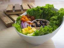 Smokey Sauce Tuna Salad Bowl fresco com as cebolas manga e pepinos das cenouras das uvas fotografia de stock
