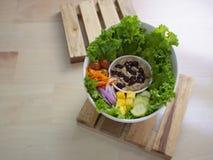 Smokey Sauce Tuna Salad Bowl fresco com as cebolas manga e pepinos das cenouras das uvas imagem de stock royalty free