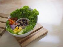Smokey Sauce Tuna Salad Bowl fresco com as cebolas manga e pepinos das cenouras das uvas foto de stock