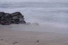 Smokey Sea Water auf Ufer Lizenzfreies Stockbild