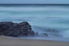 Smokey Sea Water sulla riva fotografia stock libera da diritti
