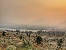 Smokey sikt av staden av Kamloops Fotografering för Bildbyråer